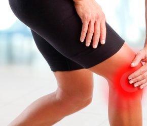 Abbildung zeigt eine Frau mit Knieschmerz